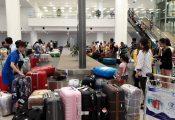Cô nhân viên xe đẩy trả lại nửa tỷ khách bỏ rơi ở sân bay