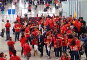 Mờ sáng rét mướt, cả ngàn cổ động viên đổ bộ Malaysia cổ vũ tuyển Việt Nam